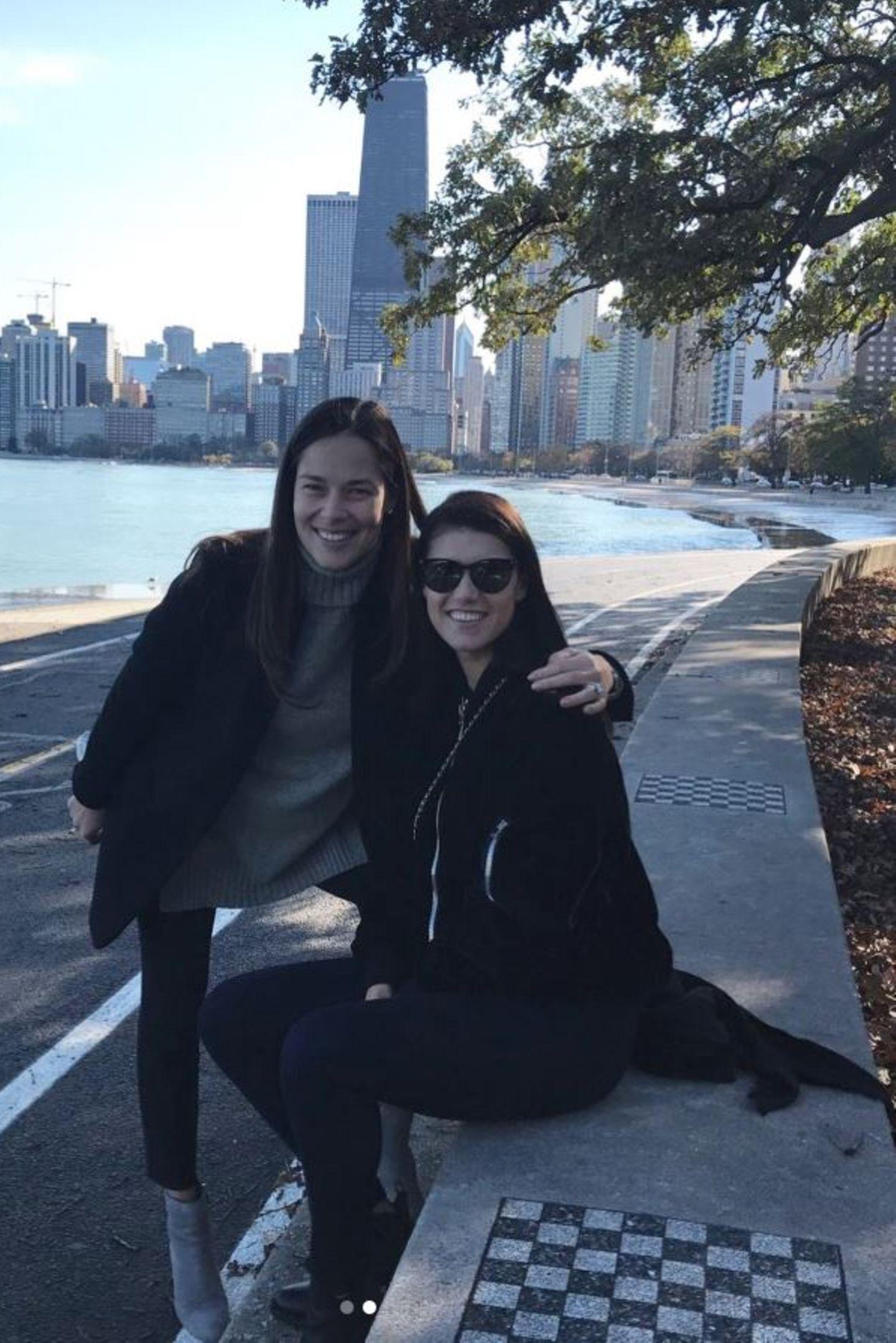 Für einen Ausflug mit einer Freundin entscheidet sich Ana für ein ganz klassisches Outfit: Ein XXL-Strickpullover, eine enge Hose und passende Ankle-Boots. Wie so oft trägt sie kein Make-up und strahlt ungeschminkt in die Kamera.
