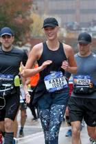Spaß beim New-York-City-Marathon: Offensichtlich hat das sportliche Supermodel Karlie Kloss noch genügend Luft für ein Interview mit der neben ihr laufenden Reporterin.