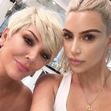 5. November 2017  Ein Selfie mit der lieben Mama: Im blonden Partnerlook posieren Kim Kardashian und Kris Jenner für das nette Erinnerungsfoto.