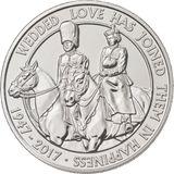 """November 2017  Zum Hochzeitstag gibt es eine Gedenkmünze, die die Queen und Prinz Philip bei """"Trooping the Colour"""" auf dem Pferd zeigt. Die Inschrift besagt """"Eheliche Liebe hat sie im Glück vereint""""."""