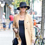 Kann ein Umstandslook noch eleganter aussehen? Hotelerbin und Style-Star Nicky Hilton überzeugt mit einer wunderschönen Kombination aus Schwarz und Beige. Zu klassischen Schuhen von Chanel kombiniert sie eine Tasche von Oscar de la Renta.