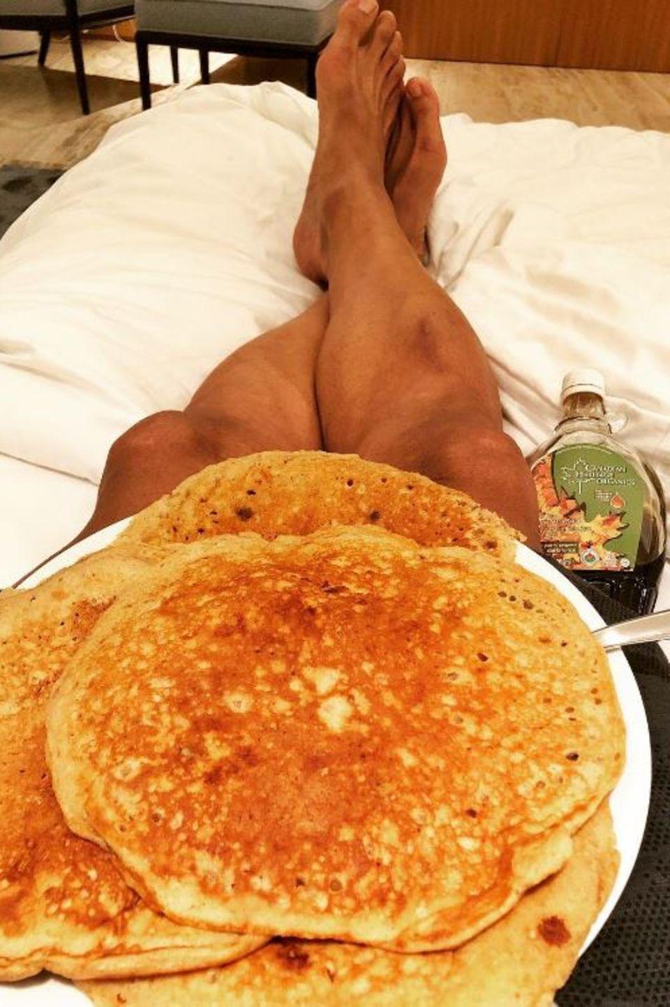 Wer so viel trainiert, darf auch mal sündigen: Dwayne Johnson gönnt sich Pancakes mit Ahornsirup.
