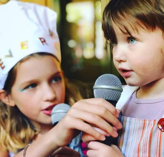 Mama Milla Jovovich ist total gerührt: Auch wenn es ihr besonderer Tag ist, zeigt sich Geburtstagskind Ever hilfsbereit und zeigt ihrer kleinen Schwester Dashiel wie das Karaokesingen geht...
