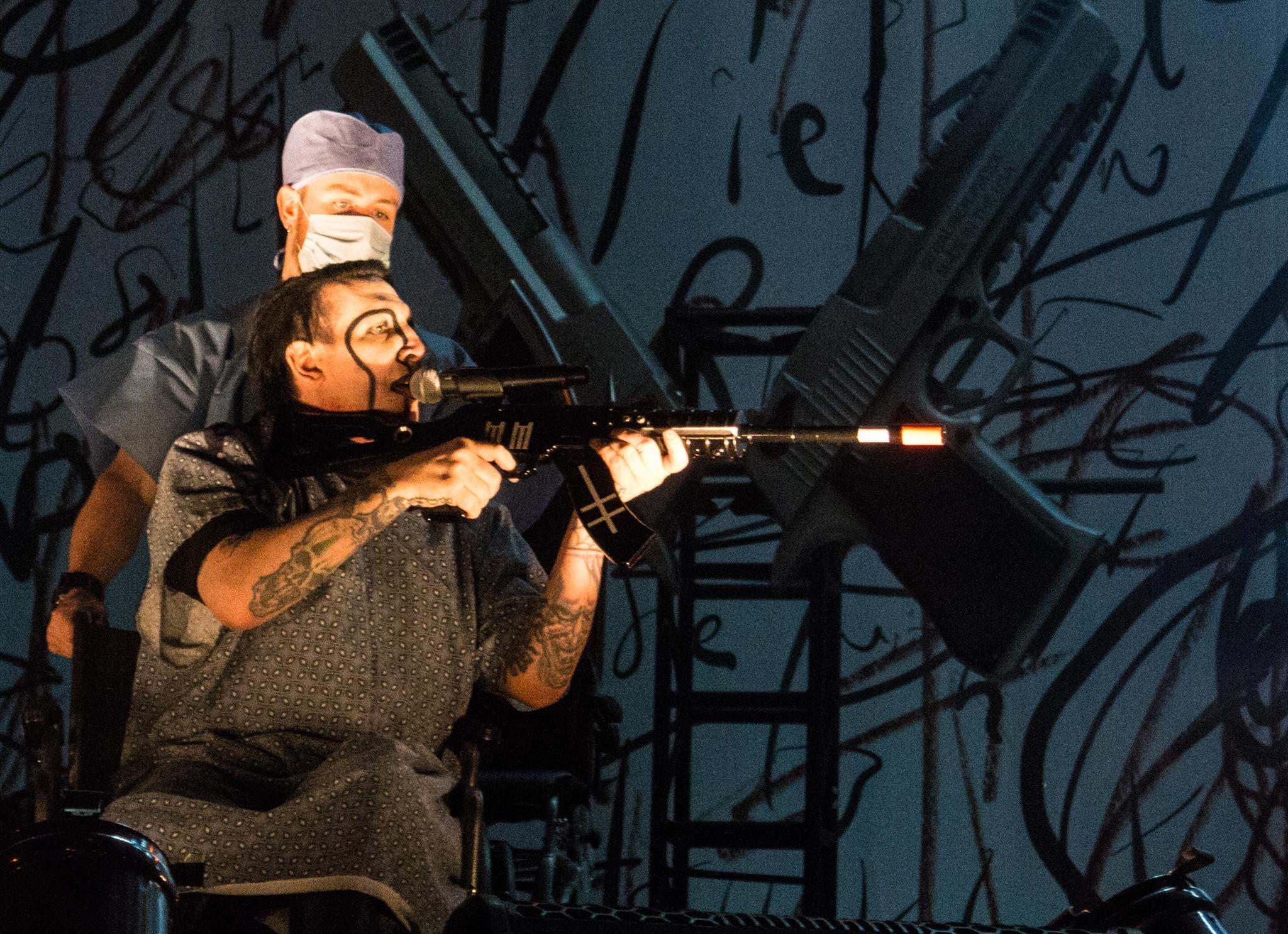 Marilyn Manson schockt mit Gewehr bei Konzert