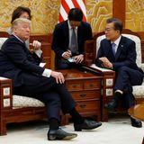 """7. November 2017  Donald Trump und Südkoreas Präsident Moon Jae-in unterhalten sich im """"Blauen Haus"""", dem Sitz und der Residenz des Staatsoberhauptes, in Seoul."""