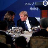"""7. November 2017  Während des Staatsdinners im """"Blauen Haus"""" in Seoul muss der südkoreanische PräsidentMoon Jae-in (r.) sich gedulden, bis Donald Trump mit seiner Frau Melania fertig diskutiert hat."""
