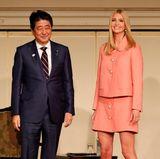 3. November 2017  Kurz vor Donald Trumps Asienreise besucht seine Tochter Ivanka Trump Tokio, um auf einer Frauenkonferenz zur Gleichstellung eine Rede zu halten. Auf dem Foto steht die Beraterin des US-Präsidenten neben Japans Premierminister Shinzo Abe.