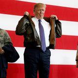 """5. November 2017  In der """"Yokota Air Base"""", einer US-amerikanischen Militärbasis in Japan, probiert Präsident Donalt Trump eine traditionelle Fliegerjacke an."""