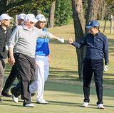 5. November 2017  Guter Schlag, Faust drauf: Donald Trump und Japans Premierminister Shinzo Abe spielen eine Runde Golf. Zwischen ihnen, in Blau, der Profigolfer Hideki Matsuyama.