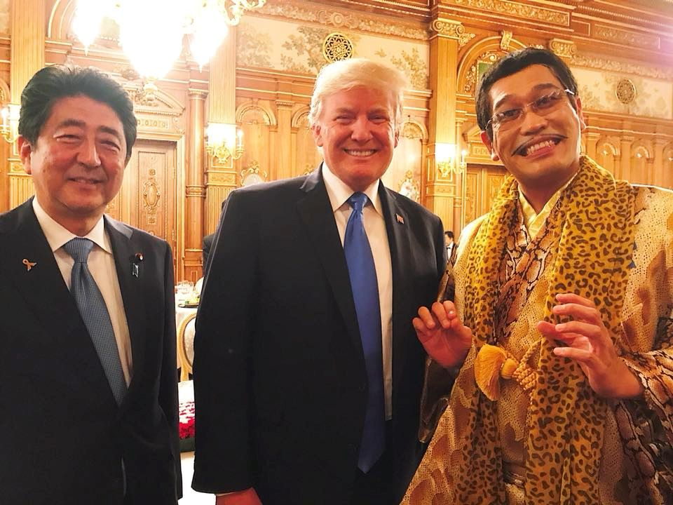 6. November 2017  Shinzo Abe (l.), Präsident Donald Trump und der schrullige, japanische Popstar Pikotaro (r.) sorgen für dieses doch recht ungewöhnliche Foto.