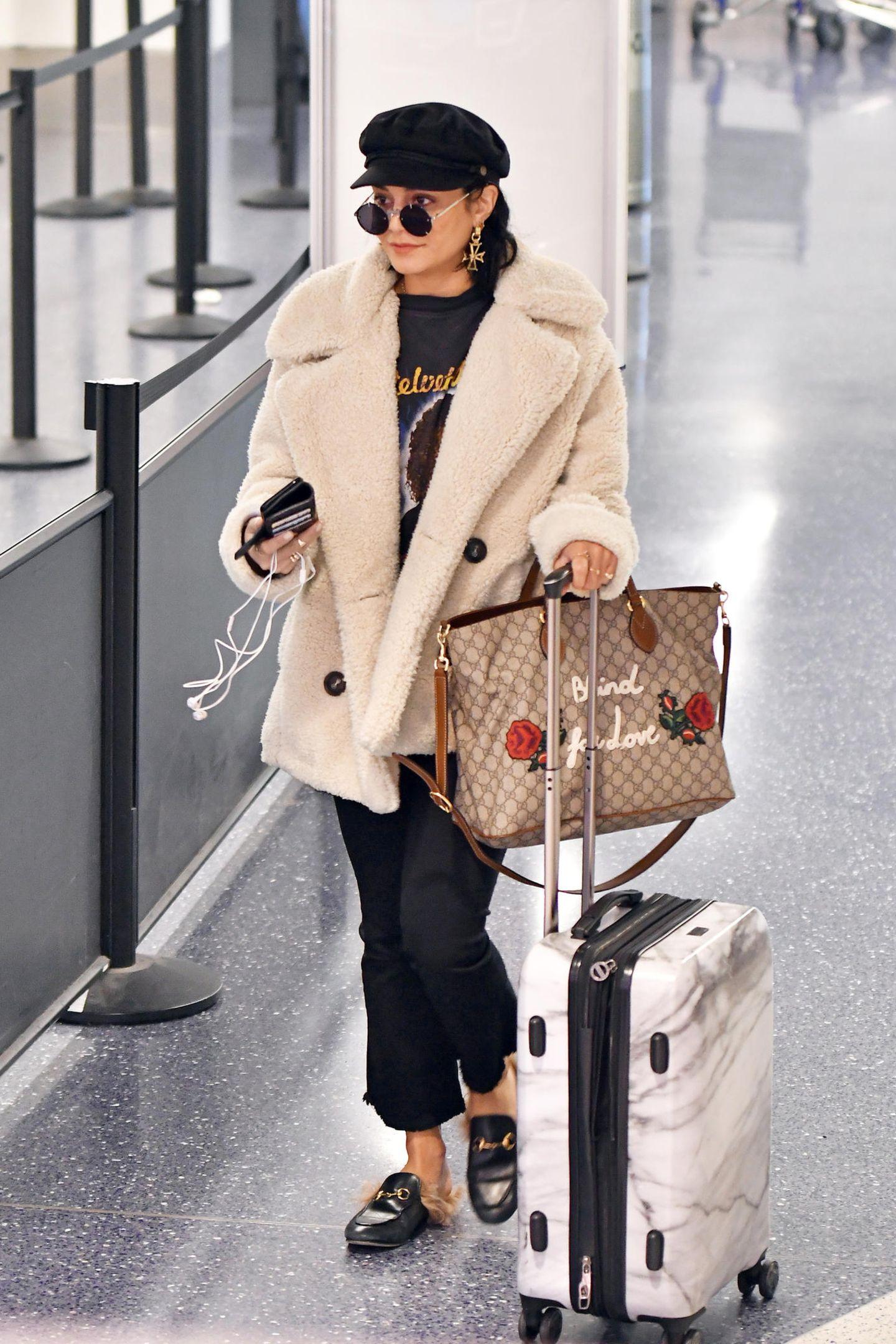 """Wenn man Vanessa Hudgens Gucci-Tasche Glauben schenken kann, ist sie """"blind für die Liebe"""". Unser Tipp: Sonnenbrille abnehmen, dann sieht sie ihren Boyfriend Austin Butler auch wieder."""