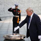 8. November 2017  US-Präsident Donald Trump verbrennt Weihrauch während einer traditionellen Zeremonie in Seoul.