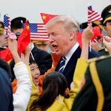 8. November 2017  Fröhlicher Empfang des US-amerikanischen Präsidenten-Paares: Donald Trump umringt von Soldaten, Kindern und wehenden Fähnchen.