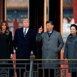 """8. November 2017  Besichtigung der beeindruckenden """"Verbotenen Stadt"""":Chinas Präsident Xi Jinping und Chinas First Lady Peng Liyuan (r.) zeigen Melania und Donald Trump den ehemaligen Sitz der chinesischen Kaiser."""