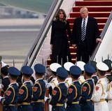 8. November 2017  Ankunft des US-Präsidenten und seiner First Lady: Melania Trump betrachtet den gewohnt militärischen Empfang Chinas.