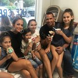 6. November 2017  Jennifer Lopez und Alex Rodriguez zeigen, wie Patchwork geht: Mit ihren vier Kindern - J.Los Zwillingen Emme und Max und Alex' beiden Töchtern Ella und Natasha - gehen sie am gemeinsam Eis essen. Welch entspannter Sonntagnachmittag!