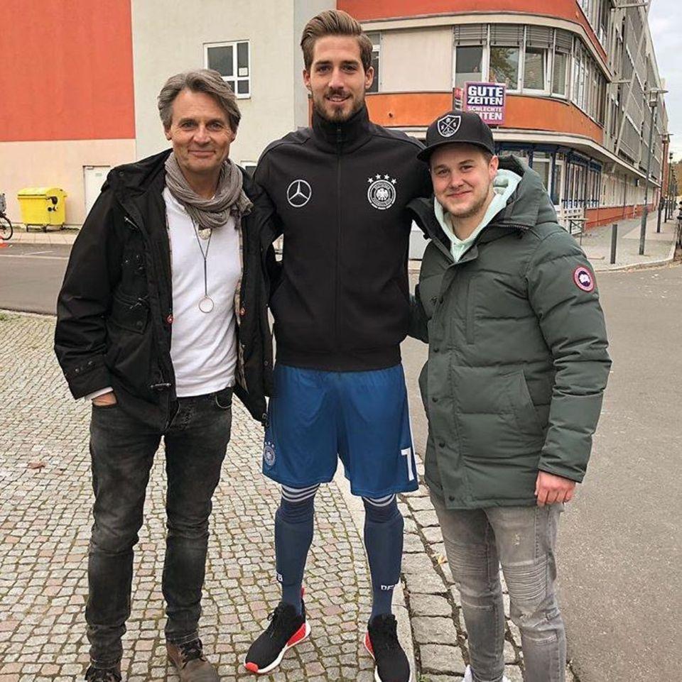 7. November 2017  Fußball-Star Kevin Trapp (m.) freut sich über den Besuch des GZSZ-Sets. Im Bild wird der Nationalspieler von den Schauspielern Wolfgang Bahro (l.) und Felix van Deventer flankiert.