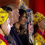 8. November 2017  Nach einem Opernstück zur Begrüßung posieren die Trumps mit den Darstellern.