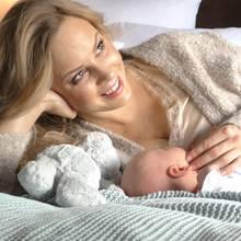 Isabel Edvardsson gemeinsam mit ihrem Sohn