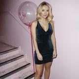 """Tiffany Watson ist Teil der erfolgreichen Reality-Show """"Made in Chelsea"""". Zu einem Event in London erscheint sie in einem dunklen, petrol-farbenen Kleidchen mit tiefem V-Ausschnitt. Doch das Kleid scheint auch ihrer Kollegin gut gefallen zu haben..."""