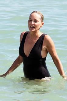 Sharon Stone geht langsam auf die 60 Jahre zu. An ihrem Körper kann man dieses Alter jedoch nicht ablesen. Sie ist noch immer bestens in Form und springt vergnügt in die Wellen.