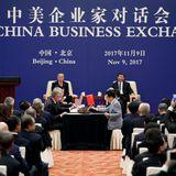 9. November 2017  Wie Schachmeister vor ihren Figuren: Im Hintergrund, auf den bequemen Sesseln, sitzen die Staatsoberhäupter Donald Trump (l.) und Xi Jinping und schauen auf ihre fleißig verhandelnde Delegation herab. USA und China schließen Handelsverträge in Milliardenhöhe ab.