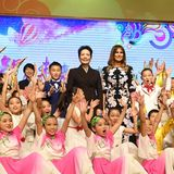 9. November 2017  Chinas First Lady Peng Liyuan (l.) und Melania Trump umringt von Kindern nach einer kulturellen Aufführung in einer Pekinger Grundschule.