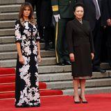 9. November 2017  First Lady Melania Trump und Chinas First Lady Peng Liyuan schauen dem US-Präsidenten und seiner Willkommenszeremonie zu.