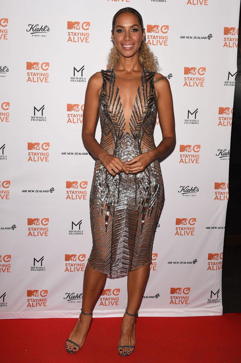 """Bei einer Gala in London präsentiert Sängerin Leona Lewis stolz ihre neu erschlankte Silhouette. In einem durchsichtigen Glitzerkleid überlässt sie wenig der Fantasie und setzt ihre schmale Taille toll in Szene. Die Siegerin der Casting-Show """"X-Factor"""" sorgte bisher meist mit ihrer Hammerstimme für Schlagzeilen, in den letzten Wochen machte sie jedoch immer wieder wegen ihrer tollen Figur von sich Reden."""