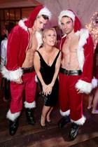 """Cheryl Hines findet diese sexy Weihnachtsmänner bei der """"Bad Moms Christmas""""-Premiere in Los Angeles einfach zum Anbeißen."""
