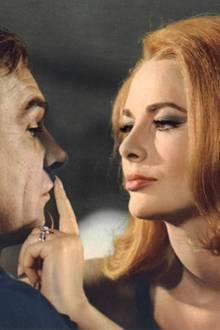 """Karin Dor (hier in einer Szene mit Bond-Darsteller Sean Connerey) 1967 in """"Man lebt nur zweimal"""""""