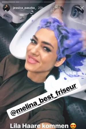 """""""Lila Haare kommen"""", schreibt Jessica Paszka zu diesem Schnappschuss aus dem Friseursalon."""