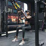 """""""The DogPound"""" in New York City ist kurz vor der Runway-Show DIE Anlaufstelle der Models. Das sieht bei Leila Nda nicht anders aus. Mit vollem Körpereinsatz formt sie ihren Körper beim TRX Suspension Training."""