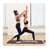 """Beim Yoga tut Stella Maxwell ihrem Körper Gutes: Der hohe Ausfallschritt (""""High Lunge"""") stärkt den kompletten Unterkörper, dehnt die Hüfte und Leiste und öffnet die Brust. Das Ergebnis: lange, schmale Muskeln."""