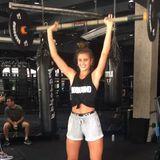Langhanteltraining ist nicht nur etwas für Männer! Das beweist Taylor Hill, die ihren Körper beim Hot Iron in Form bringt.