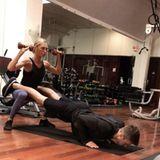 Romee Strijd trainiert nicht etwa mit einem Personal Coach, sondern mit ihrem FreundLaurens van Leeuwen. Dafür haben sie ein Pärchen-Programm, bei dem sie vor allem auf Gewichte zurückgreifen und ihre eigene Körperspannung schulen.