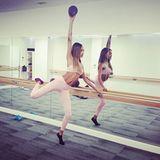 """Bei Barrecore - einer Studiokette in London - gibt Jourdan Dunn für ihren """"Victoria's Secret""""-Körper die Ballerina. An der Stange und auf Zehenspitzen stärkt und dehnt sie ihre Muskeln."""