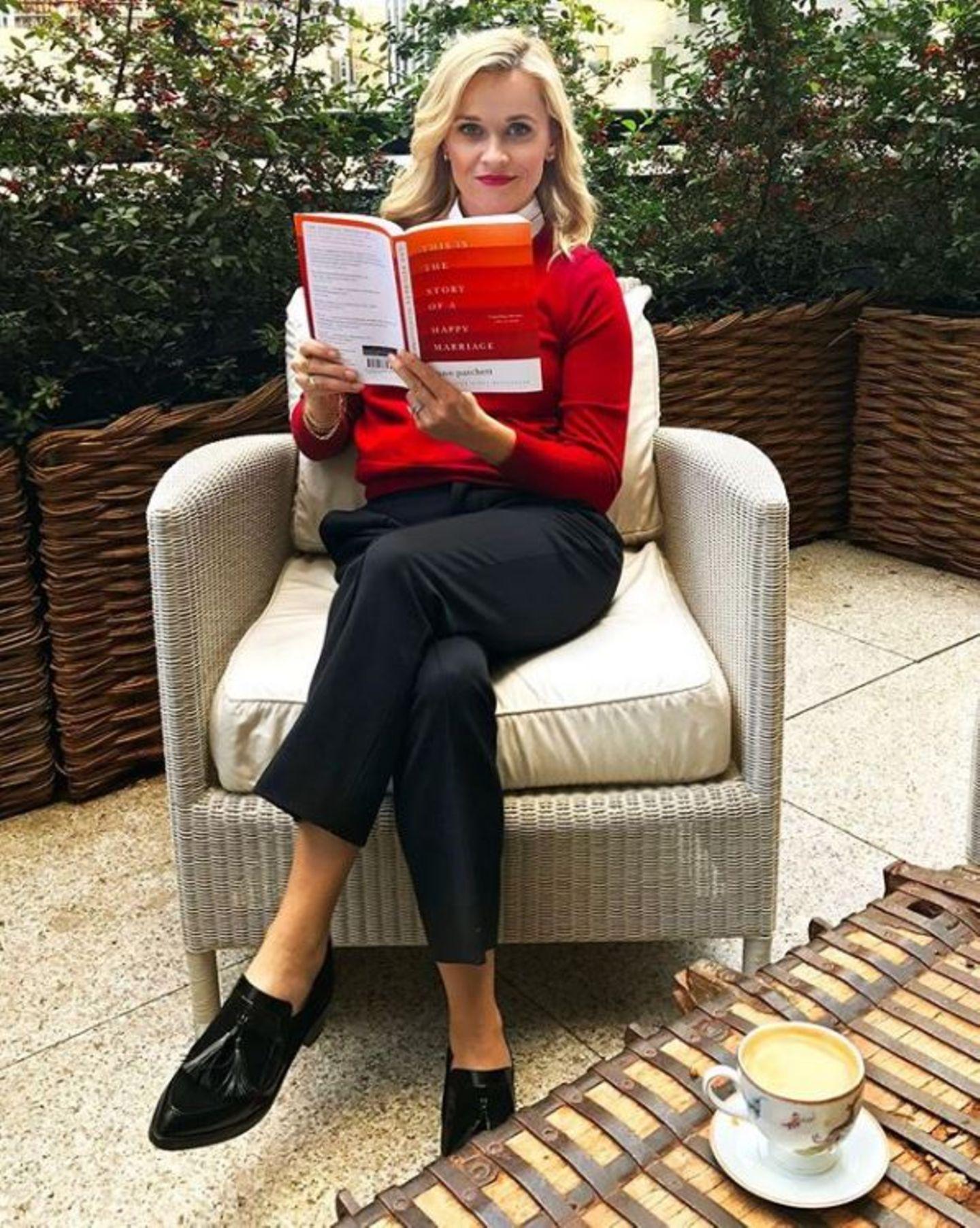 """Ein Buch mit dem langen Titel """"This Is The Story Of A Happy Marriage"""" ist der November-Buch-Tipp von Star-Leseratte Reese Witherspoon."""
