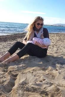 Auch wenn Model Sara Kulka gerade einen Strandspaziergang auf Mallorca genießt: Wenn Baby Annabell hungrig ist, wird sich auf den Hintern gesetzt und gestillt. Und zugegeben, der schlechteste Ort zum Füttern ist das sonnige Plätzchen am Meer nun wirklich nicht.