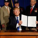 10. November 2017  US-Präsident Donald Trump präsentiert die von ihm unterzeichnete Proklamation in Gedenken des 50. Jahrestags des Vietnamkriegs.