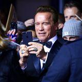 """Arnold Schwarzenegger (""""Legend of the Century"""") hält die Eindrücke des Abends mit seinem Handy fest."""