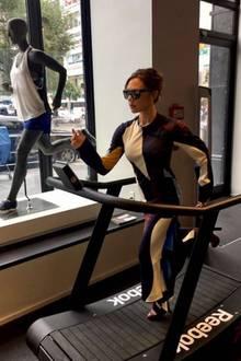 9. November 2017  Laufen in High Heels: Wer kann da schon Victoria Beckham das Wasser reichen?
