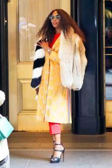 Casual Friday im Supermodel-Style: Diesen Look könnten nur die wenigstens Stars mit so viel Glamour und Lässigkeit tragen wie Naomi Campbell es hier tut. Nicht ohne Grund zählt sie seit Jahrzehnten zu den erfolgreichsten Supermodels der Welt.