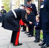 9. November 2017  Genau für solche Momente lieben wir Prinz Harry. Liebevoll bückt er sich beim Besuch des Field of Remembrance an der Westminster Abbey zu dem kleinen Fan hinunter und schüttelt ihm die Hand.