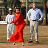 10. November 2017  Das kann nur eine Königin: In Mumbai steht Königin Mathilde von Belgien in hohen Schuhen und einem eleganten Kleid auf dem Cricket-Spielfeld und schlägt ganz grazil den Ball. Auch König Philippe im Hintergrund ist ganz fasziniert von seiner Frau.