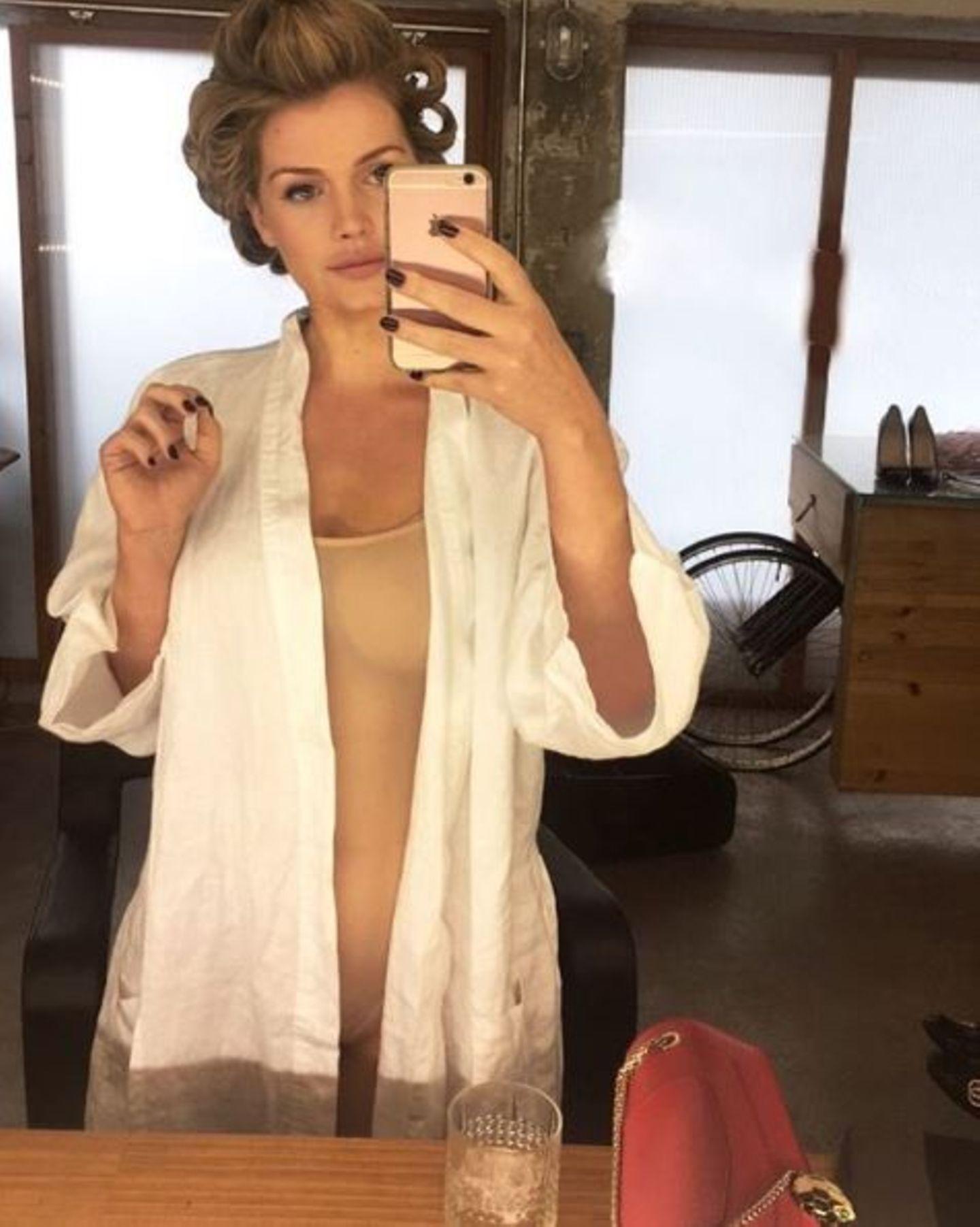 Während eines Shootings in Madrid lässt es sich Lady Kitty Spencer nicht nehmen, in der Maske ein Mirror-Selfie zu schießen, das Geschichte schreiben dürfte. Darauf trägt sie unter dem Bademantel nämlich nur einen transparenten Nudebody, der sie fast schon nackt erscheinen lässt. Für andere britische Royals wie Kate ist so ein Look natürlich undenkbar!