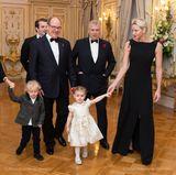 """9. November 2017  Zu einem Charity-Dinner von """"Outward Bound"""" lädt Prinz Andrew nicht nur Fürst Albert und Charlène ein, sondern gleich die ganze Familie. Daher sind auch die Mini-Monegassen Jacques und Gabriella dabei, die hier eine kleine Premiere feiern. Erstmals dürfen sie sich für eine abendliche Gala in Schale werfen und ihre Eltern begleiten. Der Auftritt glückt: Die Zwillinge sehen in ihren festlichen Outfits einfach bezaubernd aus."""