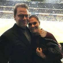 10. November 2017  Prinz Daniel und Prinzessin Victoria sind im Fußball-Fieber und feuern die schwedische Nationalmannschaft beim Spiel gegen Italien an. Die royale Unterstützung hilft: Ihr Team gewinnt 1:0.