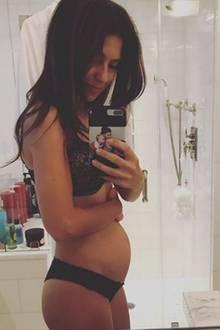 Eine Woche nachdem Hilaria Baldwin ihre vierte Schwangerschaft verkündet hat, erfreut sie ihre Follower mit dem ersten Babybauchfoto auf Instagram. Die ersten drei Monate hat sie nun hinter sich und das Kügelchen scheint ordentlich zu wachsen. Wir freuen uns mit!