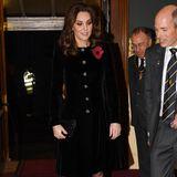 11. November 2017  Klar, Herzogin Catherine muss sich während ihrer Schwangerschaft schonen. Noch kann sie den ein oder anderen Termin allerdings wahrnehmen. Zum Festival of Remembrance in der Royal Albert Hall kommt sie daher auch so entspannt wie eh und je.